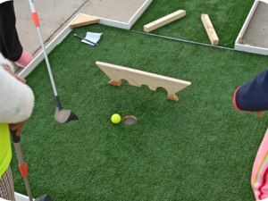 Taller de minigolf y juegos deportivos en los Toruños